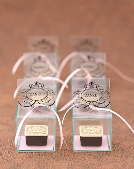 Klein aber fein: Pralinen mit Initiialien des Brautpaares http://www.weddingstyle.de/de/inspirationen/fuer-die-feier/gastgeschenke/cube-banderole/