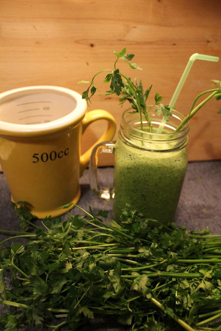 Heute habe ich keine Lust zu kochen, lieber mixe ich mir einen grünen detox-dinner-drink. Das wird mein erster Green Smoothie überhaupt. Eine Hexerei ist die Zubereitung ja nicht, ich bin aber scho...