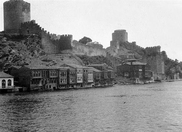 Macar kökenli mimar Karoly Kos'un 100 yıl önce görüntülediği İstanbul fotoğraflarından biri olan, Rumeli Hisarı çevresindeki yalılar (1917)