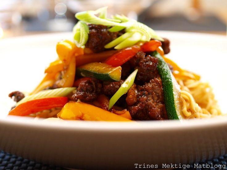 Nudelwok med kjøttdeig, chili, squash og paprika