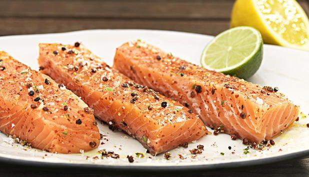 Strö lite salt på laxsidan, någon timme innan grillning - det gör att laxen ''svettas'' lite. Torka av och du har en torr fin yta.