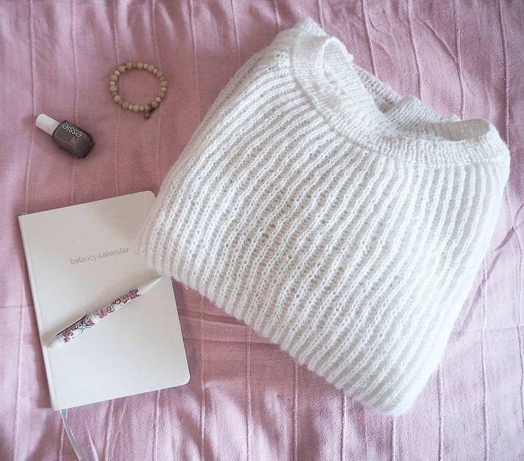 Czas zaplanować Nowy Rok 2018 z @balancy.me  Uwielbiam ten moment kiedy wszystkie moje plany cele i marzenia mogę przelać na papier! Ale jeszcze bardziej uwielbiam kiedy faktycznie je realizuję.  #planowanie #planer #kalendarz #nowyrok #postanowienia #noworoczne #sweter #balancycalendar #balancyme #essie #setting #goals #white #pink #thinkpink #photooftheday #flatlays #flatlayoftheday #igers #igerslondon #blog #blogerka