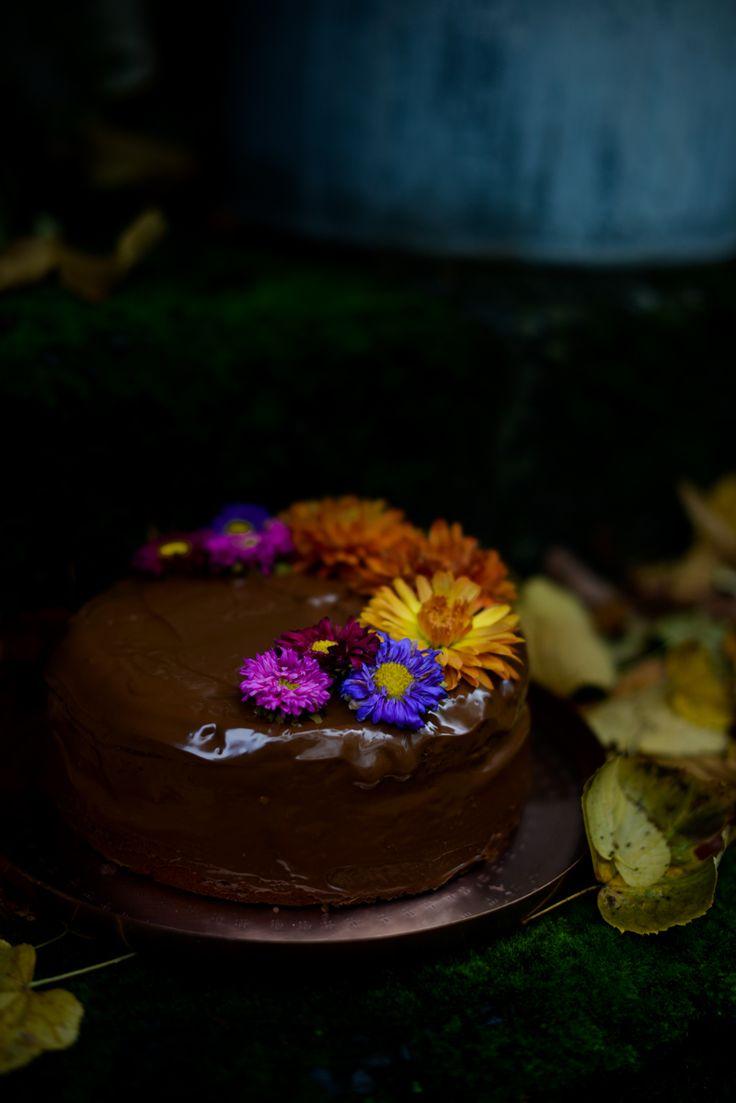 Rezept für Kürbiskuchen, moody Fotografie, Kuchen mit Blumen