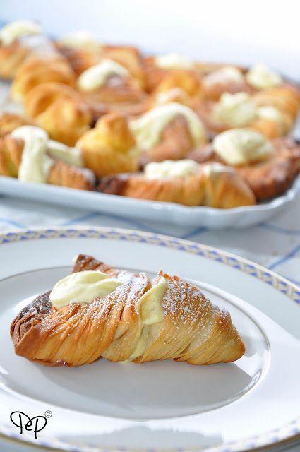 Le aragostine, quelle dolciPer la crema chantilly: 3 tuorli d'uolo 300gr di latte 100gr di zucchero Mezza bacca di vaniglia 200gr di panna