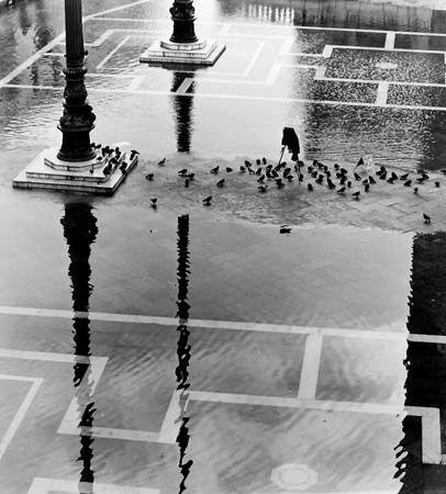 Fulvio Roiter - Acqua alta in piazza San Marco (High water in Piazza San Marco), n°2. 1970. S)
