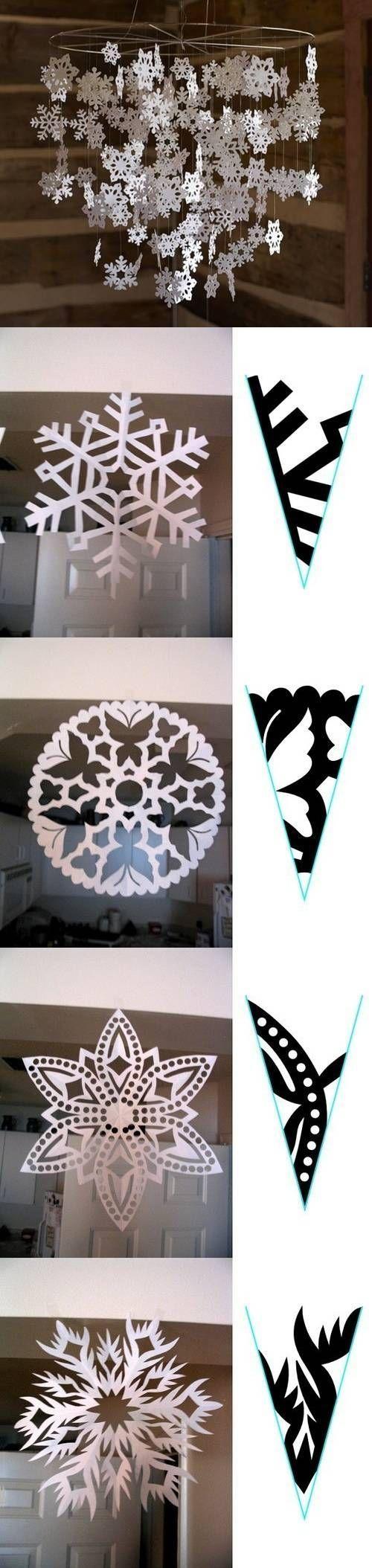 Cuelga de una corona copos de nieve hechos de papel. UNa bonita manera de decorar una fiesta Frozen