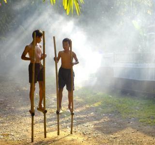 Berbeda dengan anak-anak jaman sekarang yang hanya mengenal beragam permainan elektronik, sewaktu dulu harus melakukan sedikit usaha sebelum bisa menikmati sebuah permainan. Egrang sejatinya dimainkan oleh anak-anak hampir di seluruh penjuru Indonesia namun dengan julukan yang berbeda. Mulai dari Tengkak-Tengkak di Sumatera Barat, Ingkau di Bengkulu, Batungkau di Kalimantan Selatan hingga Tilako di Sulawesi Tengah.