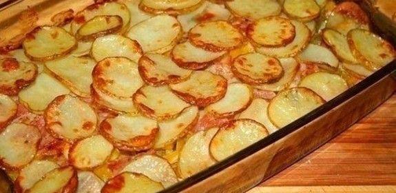 Zapečené brambory s cuketou, sýrem a slaninou