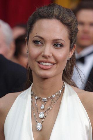 2004 – Angelina Jolie com colar de brilhantes em cascata destacando seu decote.