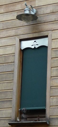 ORNABAT est éditeur de Lambrequins, impostes et rives décoratives pour le bâti neuf et ancien. Objets aux fonctions d'ornements pour les toits et fenêtres mais également d'occultation d'éléments disgracieux tel les blocs de volets roulants