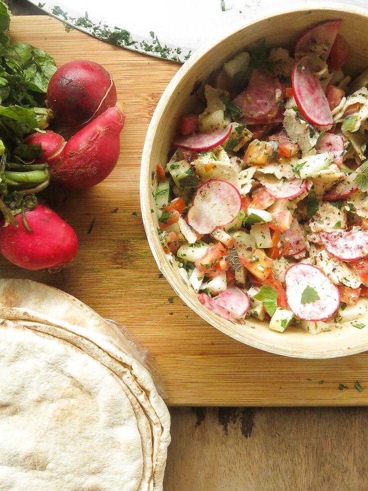 Salada árabe de rabanete, pepino, tomate e pão sírio - É uma bela refeição, mas se sentir falta da proteína, ela vai bem com frango ou salmão desfiado ou até mesmo ovos cozidos picados