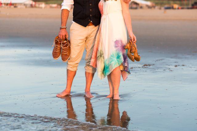 Credit: FloorFoto - strand (kust), waterlichaam, volk, zee, zand, reizen, vrouw, plezier, vrije tijd (tijd), zomer, kind, liefde, kust, saamhorigheid, mannelijk, buitenshuis, oceaan, vakantie, twee, meisje