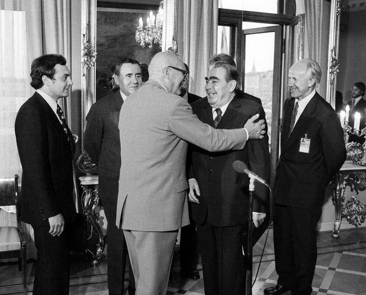 """""""Suomi on meidän hyvä provinssi."""" -- Leonid Brezˇnev. Kuvassa presidentti Urho Kekkonen ottaa Brezˇnevin vastaan presidentinlinnassa heinäkuussa 1975."""