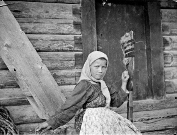 Mari Bogdanoff kehräämässä kuosalilla. 20.7.1894.