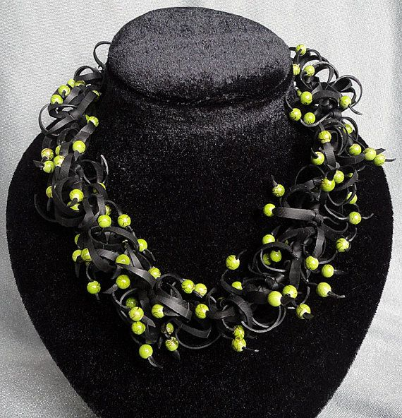 Zwarte halsketting met groene kralen. van AnnesSierraad op Etsy
