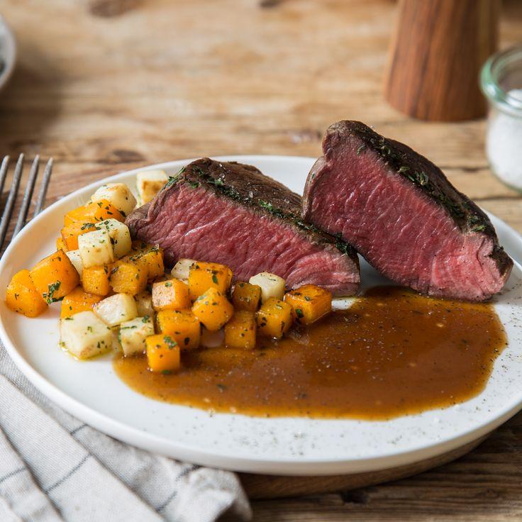 Geräuchertes Rinderfilet mit Weißweinreduktion und herbstlichem Gemüse ist der perfekte Begleiter in die kühlere Jahreszeit.