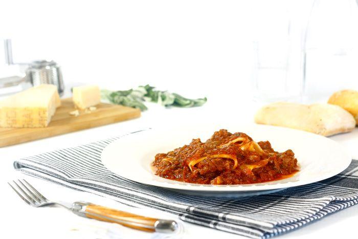 Cómo hacer ragú napolitano en Crock Pot o slow cooker. Receta paso a paso. Recetas de salsas para pasta en olla de cocción lenta.