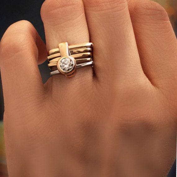 BAGUE de fiançailles contemporain à la main en  Cette bague de fiançailles contemporaine magnifique et unique est fabriqué à la main en jaune 18k or blanc et est un ensemble de 5 anneaux carrés relié ensemble par une bande que dispose d'un superbe GIA de 0,5 CT certifié diamant brillant découpé et monté sur un cadre de lunette haute.  Inspiré par la géométrie et de l'architecture Florentine la ville qui a nourri ma carrière comme un orfèvre. L'anneau carré est une pièce absolument unique…