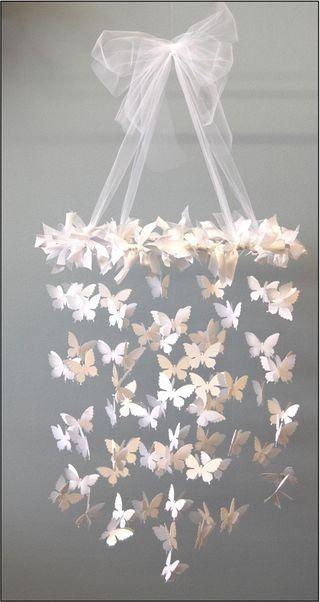 Ein schönes Mobile - Mobile-Ringe Kunststoff (amazon) - Wanddeko Schmetterlinge im 3D-Style (amazon) - Für den Ring breites weißes Band verknoten (Depot) - Transparentes Band zum aufhängen und für die Schleife (Depot) - Haken für die...