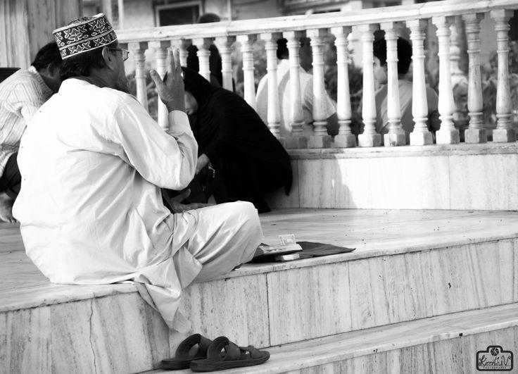 Experiencing celestial vibes at Haji-Ali-Dargah! #KheerWrites #ThoughtsThruLensBlog #keerthivydyulaphotography #KheerClicks #Traveldiaries #mumbai #Memories #Siblingdiaries