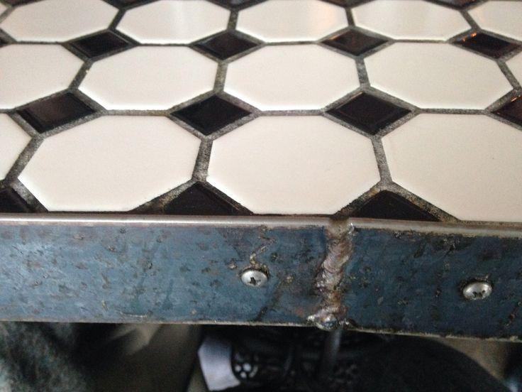 Kaklat bord med stålkant. Austin, TX.