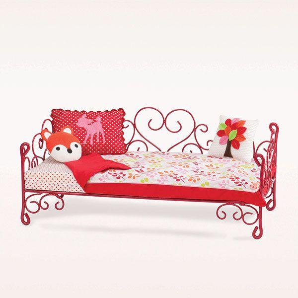 Dit prachtige romantische bed van Our Generation is een plaatje in elke poppenkamer. Het bed is geschikt voor poppen van 46 cm groot. Het bed wordt geleverd inclusief matras, sprei en kussens.
