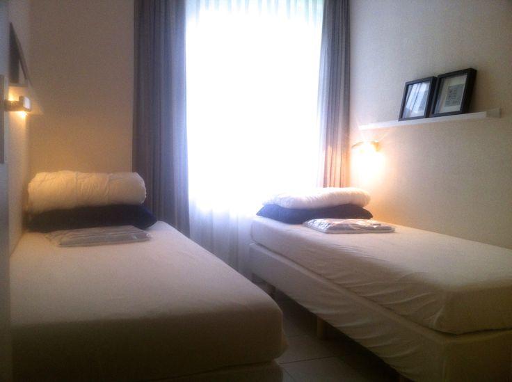 De kleine(re) slaapkamer met twee nieuwe boxspring bedden. Deze kunnen naast elkaar gezet worden om een twee-persoonsbed te maken.