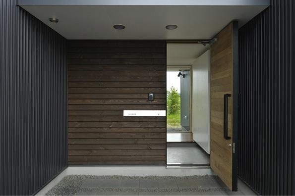 玄関ポーチ(『太陽と風の門』光と風と景色をとりこむシンプルモダン住宅)