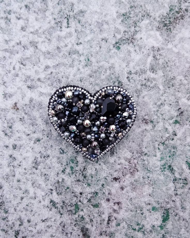 """Серебрянное сердце Очень красиво переливается на свету:) И стразинка сердечко очень гармонично смотрится """"в сердечке"""":))) В наличии 900р) #брошьручнойработы #ручнаяработа #брошьназаказ #сердце #серебрянноесердце #классика #черныйисеребро #сердцеизбисера #tm_artbardak #ArtБардак #ksyu_artbardak #йошкарола #йошкар_ола #yoshka #yoshkarola #yoshkar_ola #yola"""