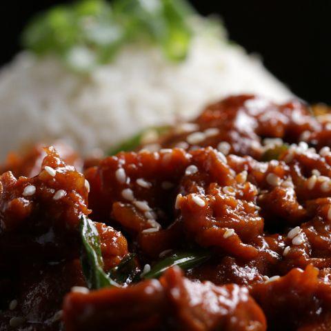 ピリ辛ソースでごはんがすすむ!プルコギ風豚肉炒め🐽  ㅤㅤㅤㅤㅤㅤㅤㅤㅤㅤㅤㅤㅤ  作ったら #tastyjapan をつけて投稿してくださいね!✨ ㅤㅤㅤㅤㅤㅤㅤㅤㅤㅤㅤㅤㅤ  ストーリーで紹介させていただきます!  ㅤㅤㅤㅤㅤㅤㅤㅤㅤㅤㅤㅤㅤ  レシピはこちらをご覧ください♪  ㅤㅤㅤㅤㅤㅤㅤㅤㅤㅤㅤㅤㅤ  プルコギ風豚肉炒め  ㅤㅤㅤㅤㅤㅤㅤㅤㅤㅤㅤㅤㅤ  4人分  ㅤㅤㅤㅤㅤㅤㅤㅤㅤㅤㅤㅤㅤ  材料:  ㅤㅤㅤㅤㅤㅤㅤㅤㅤㅤㅤㅤㅤ  豚肩ロース肉 or 豚バラ肉ブロック 680 g  玉ねぎ(薄切り)1/2個  青ねぎ(5cm幅に切る)3本  にんにく(みじん切り)3個  生姜(みじん切り)小さじ1  コチュジャン 1/4カップ(50g)  唐辛子フレーク 小さじ1  しょうゆ 60ml  酢 大さじ3  ごま油 大さじ1  砂糖 大さじ1  黒コショウ 小さじ1  サラダ油 小さじ1  ㅤㅤㅤㅤㅤㅤㅤㅤㅤㅤㅤㅤㅤ  白ごま 適量  ごはん 適量  ㅤㅤㅤㅤㅤㅤㅤㅤㅤㅤㅤㅤㅤ  作り方  ㅤㅤㅤㅤㅤㅤㅤㅤㅤㅤㅤㅤㅤ  1…