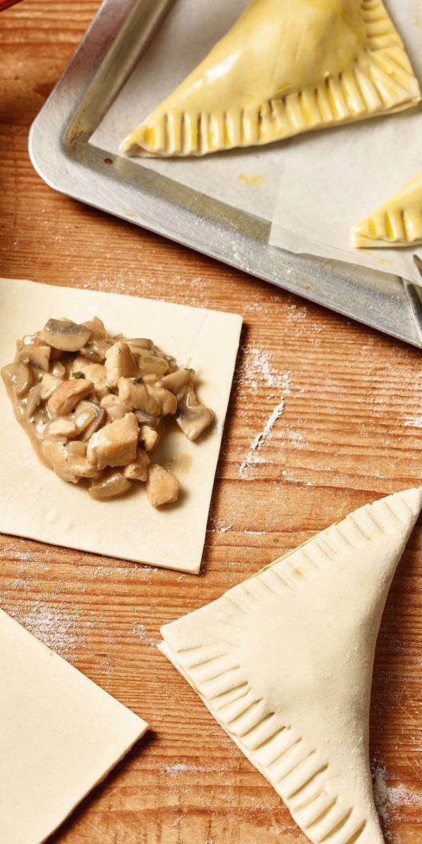 Eine tolle Variante für deinen Osterbrunch. Diese leckeren Blätterteigtaschen sind schnell und einfach zubereitet. Gefüllt mit Hähnchen und Pilzen sind sie einfach köstlich!