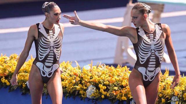 """Le bulle del giorno: le atlete della squadra greca di nuoto sincronizzato e la mise """"scheletrica"""" http://staypulp.blogspot.com/2016/08/le-bulle-del-giorno-le-atlete-della.html"""