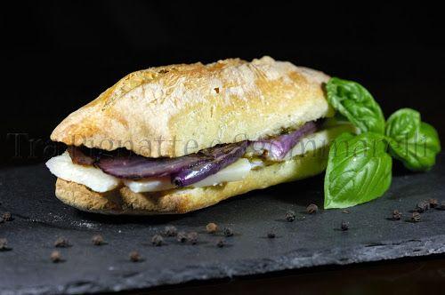 Panino con grana padano, cipolle grigliate e pesto semplice di basilico e pinoli