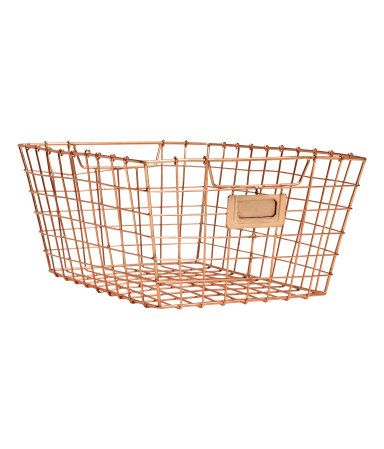 Wire basket in metal with a handle at the sides. Size 15x23x30 cm.