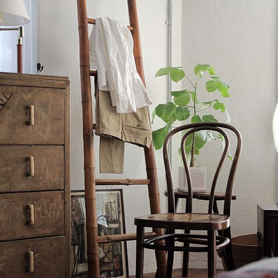 竹でできたはしごです。 このはしご。 竹のキャビネット同様に、今では見かけることはあまりなく、作られてもいないので非常に珍しいです。構造は単純で、穴を開けた支柱に踏ざん(足を乗せる部分)を差し込み同じ竹の釘で固定してあります。これによって横揺れを防止しているようです。まだハシゴとしても使えますが、洋服やタオルをかけたり何かを飾るなどインテリアとしてお使い頂くのをおすすめします。 上海租界エリアにある歴史的な建物の修繕などがされている現場では竹で組まれた足場が使われているのを見かけたことがあります。この辺りの建物はそれほど高さがないので未だに竹が使われているのではないでしょうか。