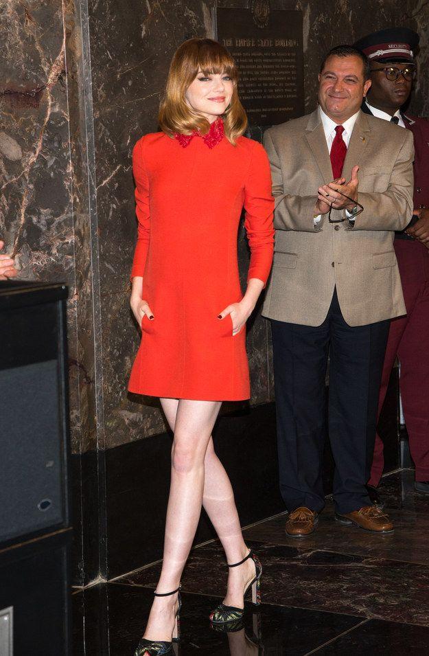 Usando o incrível mini vermelho tomate no Empire State Building.   17 vezes em que Emma Stone provou ser a rainha do tapete vermelho