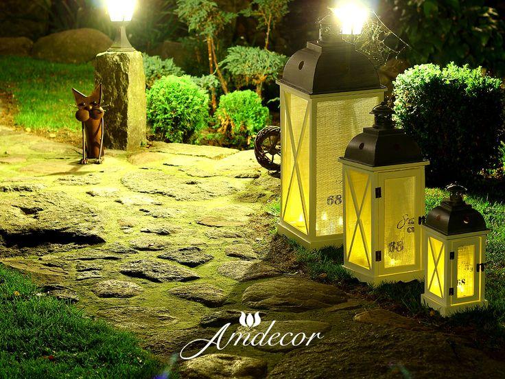 3 białe lampiony nocą na ogrodzie.  3 white lanterns at night in the garden