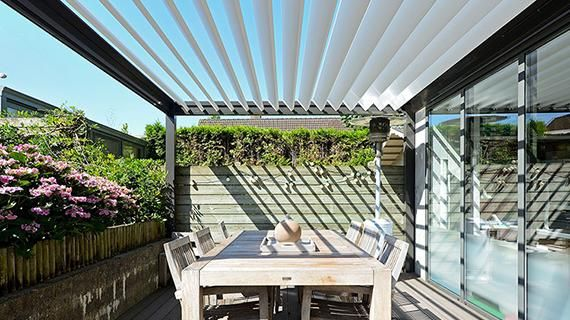 terrasoverkapping pergola bioclimatique lames orientables b 150 brustor pergola. Black Bedroom Furniture Sets. Home Design Ideas