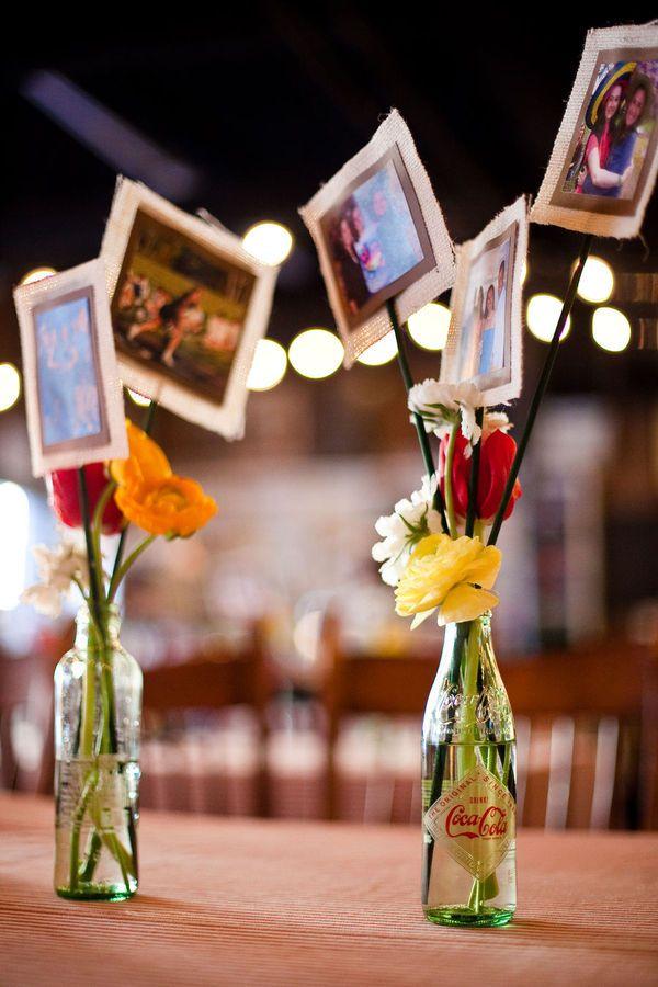 Para este centro de mesa creativo y original, utiliza diferentes botellas recicladas, algunas flores y fotos familiares. Las puedes distribuir en la mesa o alrededor de todo la casa para sorprender a Mamá!