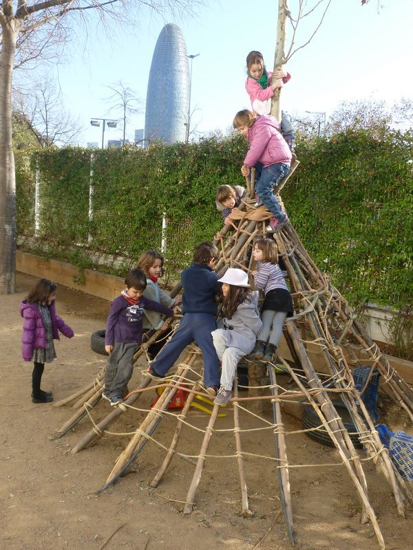 Transformar el pati de l'escola en un jardí ple de secrets (Escola dels Encants)