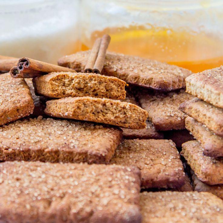 Крекеры Грэхема - популярное американское печенье, которое приятно поедать за чашечкой молока или запивать соком, их можно намазать джем...