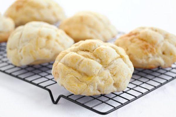 メロンパンといえば、昔から愛されている菓子パンの一つ。外はカリッと中はふんわりしっとりした食感は、口に頬張った瞬間一気に幸せな気分に。今回は、そのメロンパンをクッキーにした斬新レシピをご紹介します。