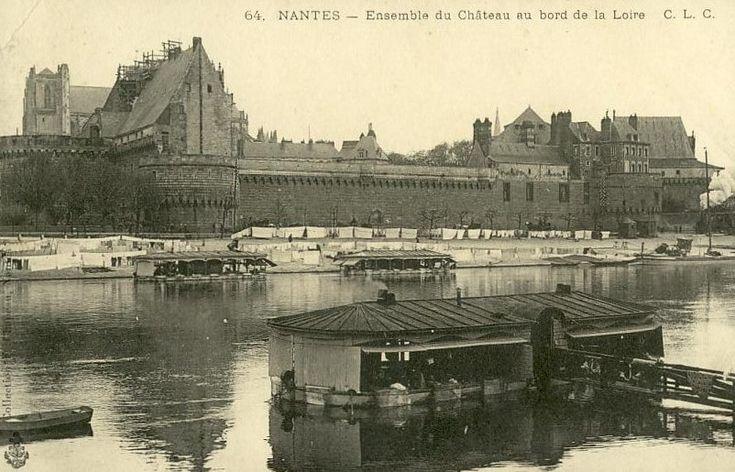 Laver son linge sale entre amies dans un bateau-lavoir face au château des ducs de #Bretagne à #Nantes, 1920
