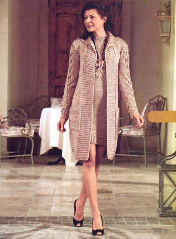 Бежевое пальто спицами с узором из Кос на рукавах - Портал рукоделия и моды