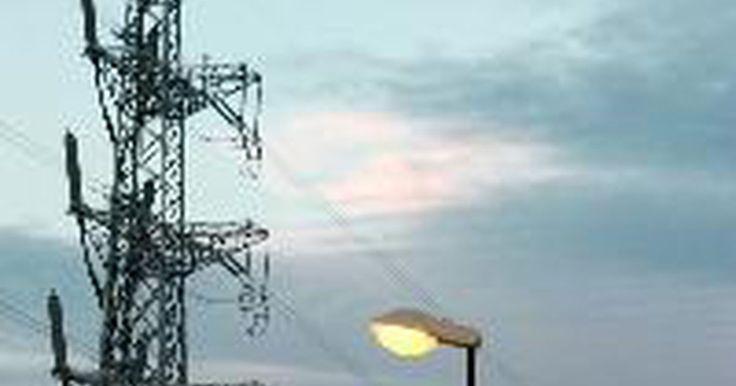 Partes de una torre de transmisión eléctrica. Las torres de transmisión eléctrica, más típicamente conocidas como torres de alta tensión, por lo general soportan una gama de soluciones de líneas de energía basadas en la construcción de configuraciones individuales, dobles y triples por niveles. Este enfoque de múltiples niveles permite que las empresas comerciales mezclen y combinen ...