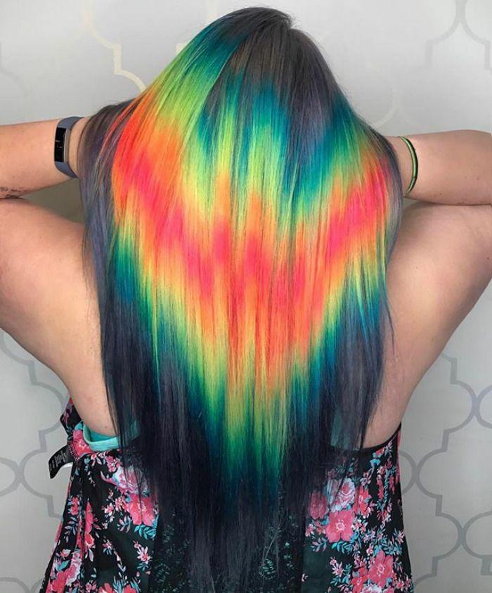 La idea principal es que en vez de mezclar los distintos tintes para que el efecto arco iris sea sombreado, el cabello se decolora vertical u horizontalmente para crear una línea brillante.