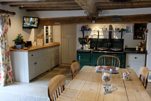 Umbrian Limestone 560 x free-length laid in a country style kitchen with Shaker units