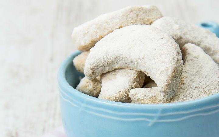 Kavala'nın aksine en lezzetlilerinin ülkemizde üretildiği tereyağlı ve pudra şekerli kavala kurabiyesi, bu tarifle tazeliğini uzun süre koruyor.