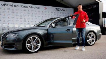 Cristiano y plantel del Real Madrid recibieron autos Audi. Diciembre 01, 2014.