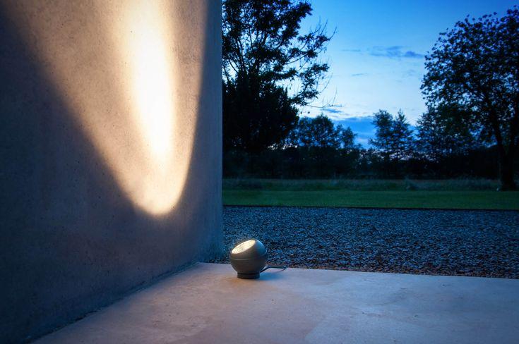 Applique SHOT à poser, en fonte d'aluminium, par Sebastian David Büscher pour IP44.de.  #applique #lumiereexterieur #jardindesign #sebastiandavidbuscher #ip44 #dharma